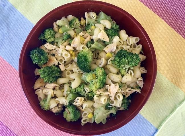 Ensalada de pasta con pollo, maíz y brócoli