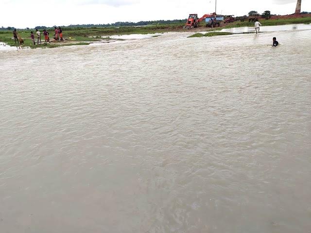 बारिश से नदियों ने मारी उछाल, मंडराने लगा खतरा