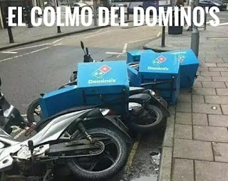 Motos del domino's pizza tumbadas como fichas de dominó
