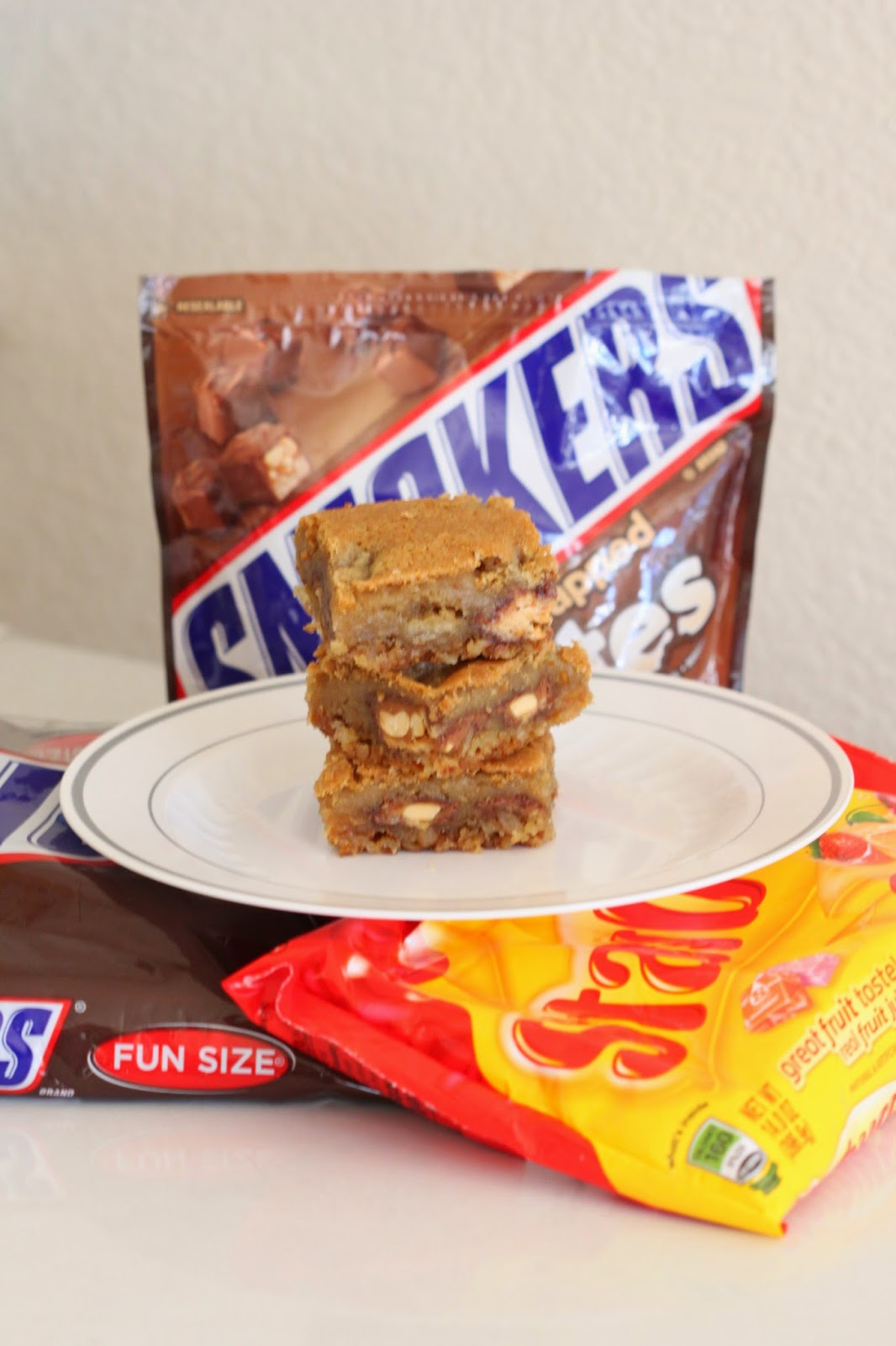 SNICKERS Blondies with Pretzel and Potato Chip Crust | Tortillas and Honey