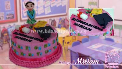 tarta personalizada fondant modelado 3d pedagoga graduación carrera título maestra laia's cupcakes puerto sagunto