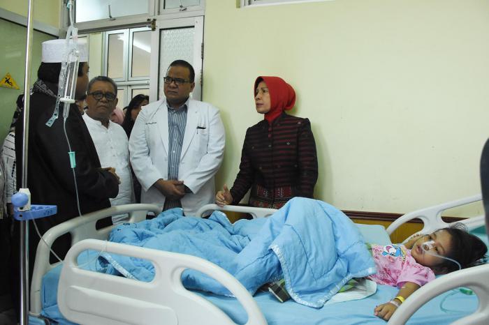 Wagubsu Hj Nurhajizah Marpaung saat menjenguk SA di rumah sakit.