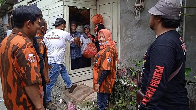 Pimpinan Anak Cabang Pemuda Pancasila Rumbai Salurkan Bantuan Sosial di tengah HUT RI ke-76