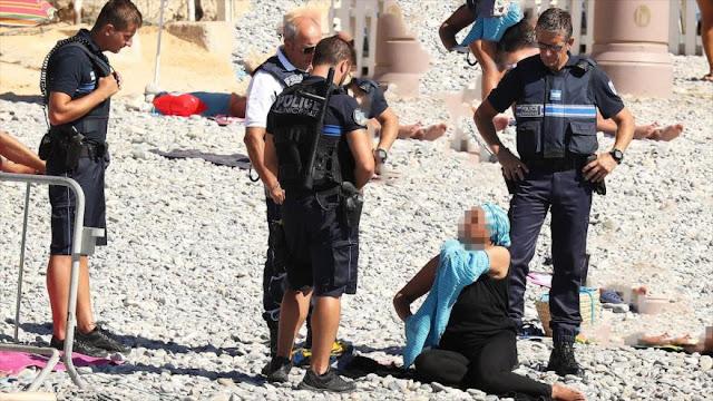 Policía de Francia obliga a una mujer musulmana a desvestirse