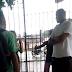 VÍDEO | Jovens trocam socos dentro de escola e vigilante assiste de braços cruzados