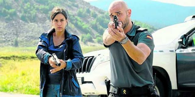 la sargento Sara Campos (Megan Montaner) y el cabo Víctor Gamero (Alain Hernández) en La Caza. Monteperdido