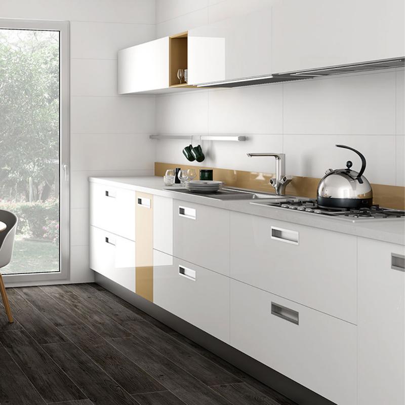 Cocina con baldosas horizontales blancas