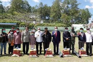 Gubernur Edy Serahkan Bantuan Bahan Bangunan dan Sembako untuk Korban Bencana Alam Taput