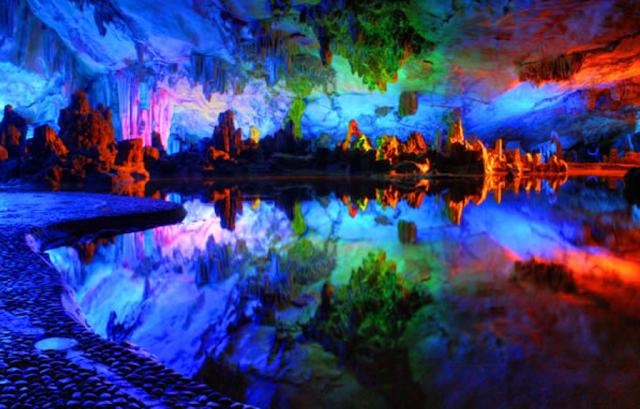 Gambar Goa Reed Flute Cave di Guilin, Cina