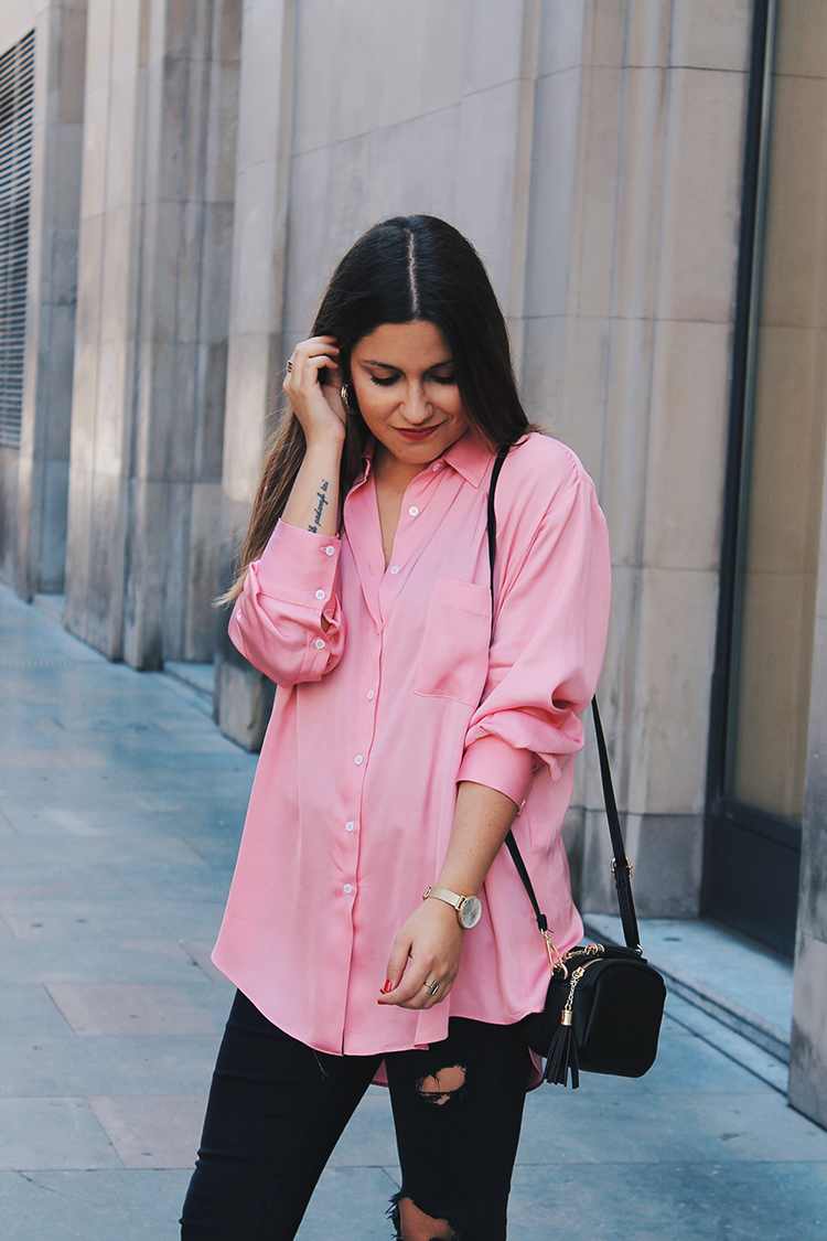 outfit con camisa rosa
