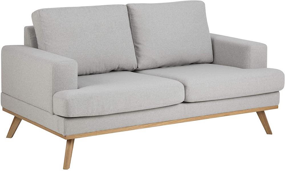 Sofá con patas de estilo nórdico