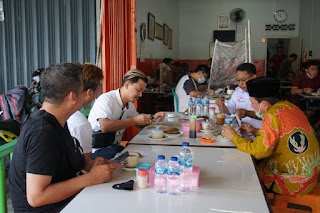 Fachrori Umar Duduk Berbincang-bincang Santai Dan Singgah Di Kedai Kopi Simpang Jelutung