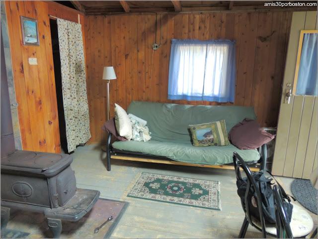 Salón de una de las Cabañas de Lakeside Cedar Cabins en Maine