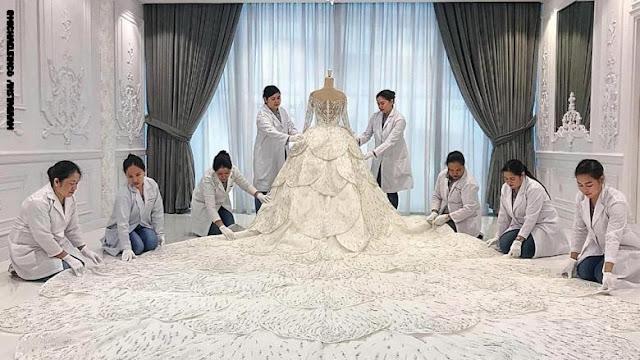 """مصمم من دبي يكشف عن فستان زفاف يحتاج إلى """"قرية"""" لنقله من مكان إلى آخر"""