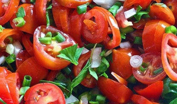 простой салат из помидоров с луком и зеленью