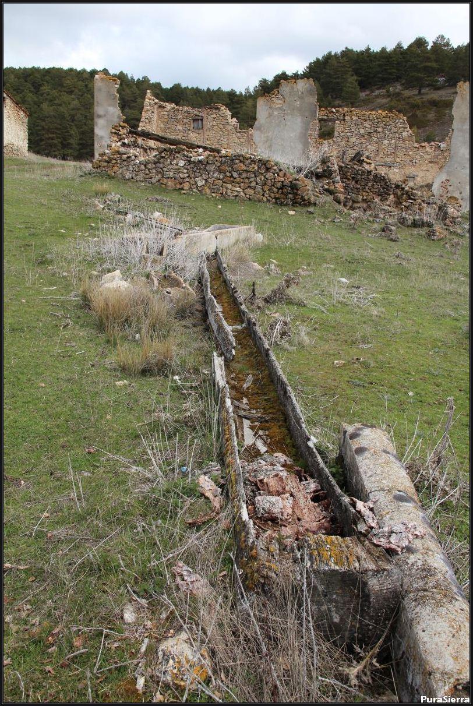 Villanueva De Las Tres Fuentes. Ruinas y fuente con gamellón