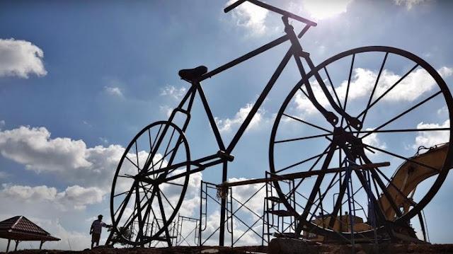 Sepeda raksasa di taman wisata Puncak bila