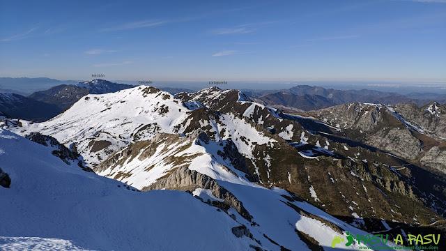 Vista del Corteguerón, Cascayón y Retriñón desde la cima de la Peña del Viento