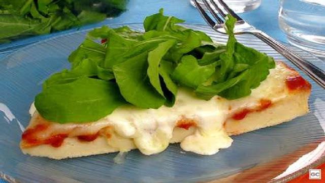 Receita de torta bruschetta com rúcula (Imagem: Reprodução/Terra)