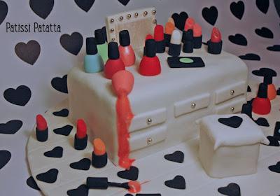 cake design, pâte à sucre, gumpaste, gâteau adolescente, gâteau anniversaire, coiffeuse, rouge à lèvres, vernis à ongles, dressing table cake, makeup cake, patissi-patatta