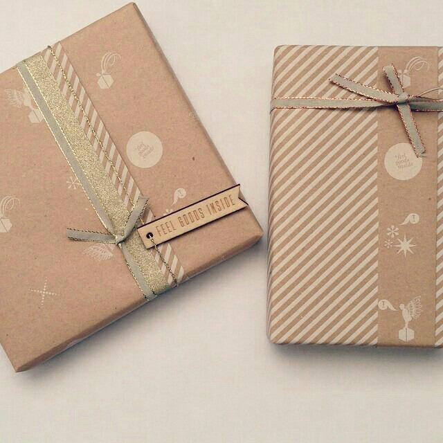 Embrulhos de presente em papel pardo para o Natal