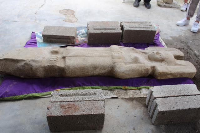 El estilo de la joven de Amajac es similar a representaciones de diosas huastecas de la tierra y la fertilidad; está elaborada en roca caliza y mide 60 centímetros en su parte más ancha y alrededor de 25 centímetros de grosor. Foto: INAH.