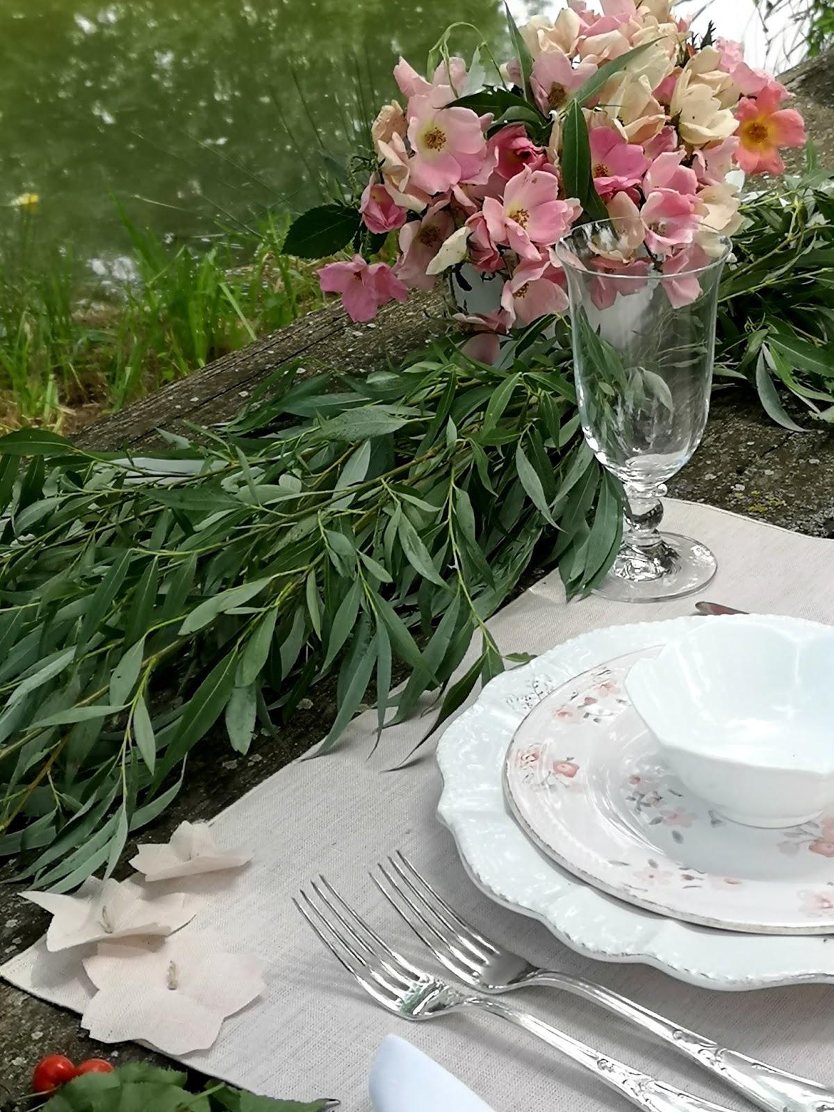 apparecchiare tavola romantica in giardino