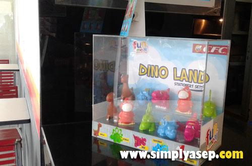MAINAN ANAK : Paket Dino Land ini juga ada free hadiah mainan berbentuk DINO yang bisa dipilih.  Photo Asep Haryono