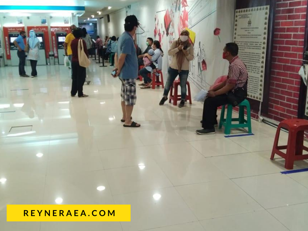 antrian orang perpanjangan SIM di sim corner tunjungan plaza