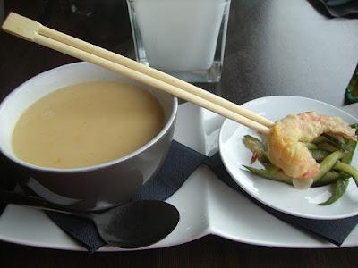 Ingredientes para cocinar  sopa de pepino con gambas crujientes