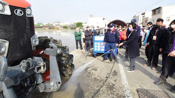 農機開上路土堆散落易肇事 籲農友要掛牌並清潔再上路