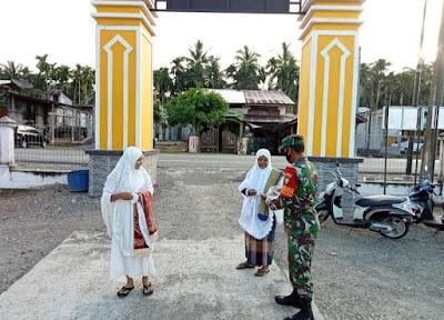 Aksi Bagi - Bagi Masker Koramil 08/Arongan Di Respon Positif Oleh Jamaah Sholat ldul Adha