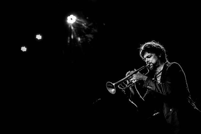 Clave baja en blanco y negro, foto de Carlos Larios