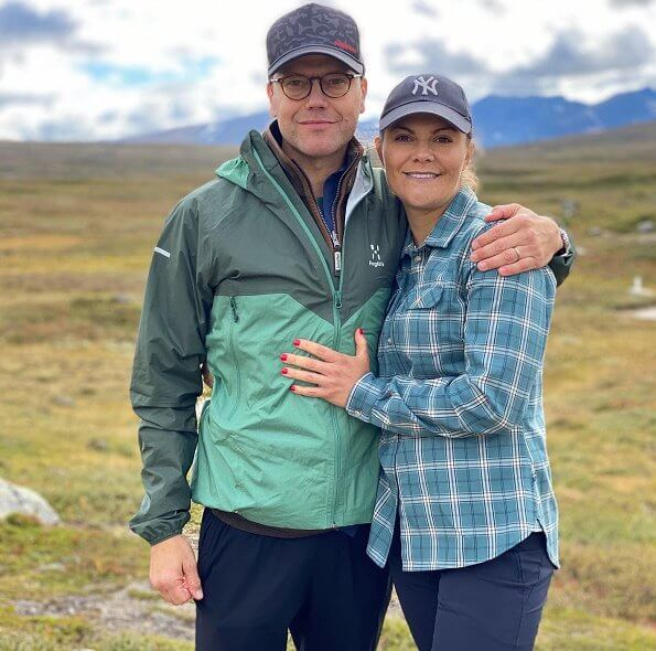 Crown Princess Victoria wore a long-sleeve stretch shirt from Fjallraven. The Jämtland Triangle is one of the most classic and prominent hikes