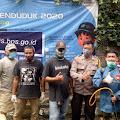 Soliditas, JBN Didampingi Brigpol Yusep Bhabinkamtibmas Polsek Cimenyan Semprot Disinfektan 250 Rumah di RW 01
