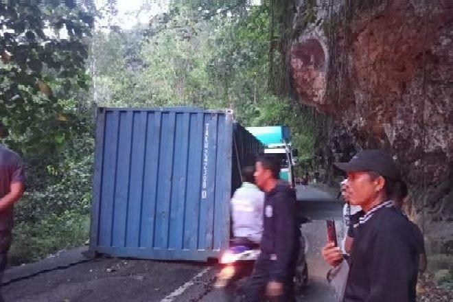 Kontainer di Bone Jatuh ke Aspal Gara-Gara Tersangkut di Tebing