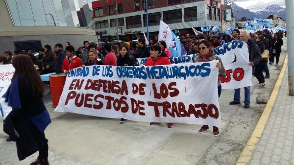 Argentinos marchan otra vez contra despidos y tarifazo de Macri