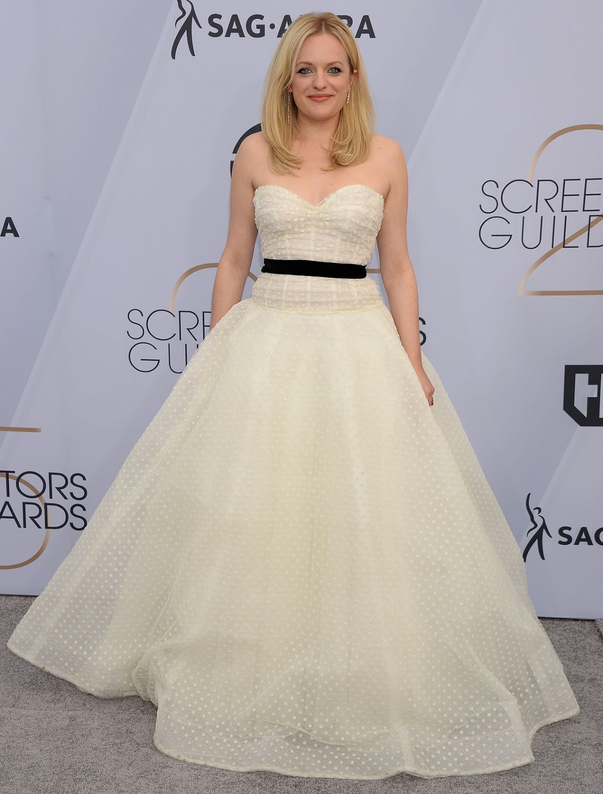Elisabeth Moss dressed up like a princess for the 2019 SAG Awards