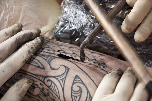 Proceso de tatuaje maori