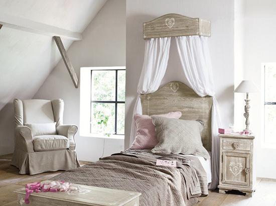 Ide desain kamar tidur di bawah atap bangunan