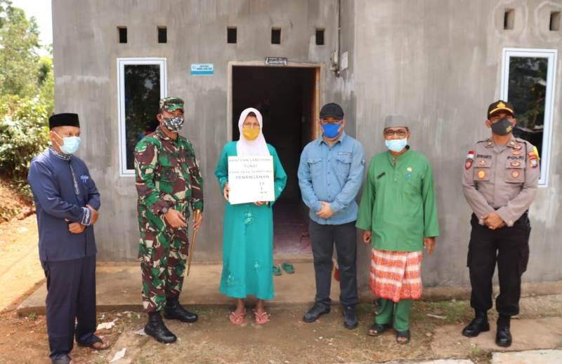 Wakili Bupati Bintan, Dandim Serahkan Langsung BLT untuk Warga yang Terdampak Covid-19 di Kecamatan Teluk Bintan