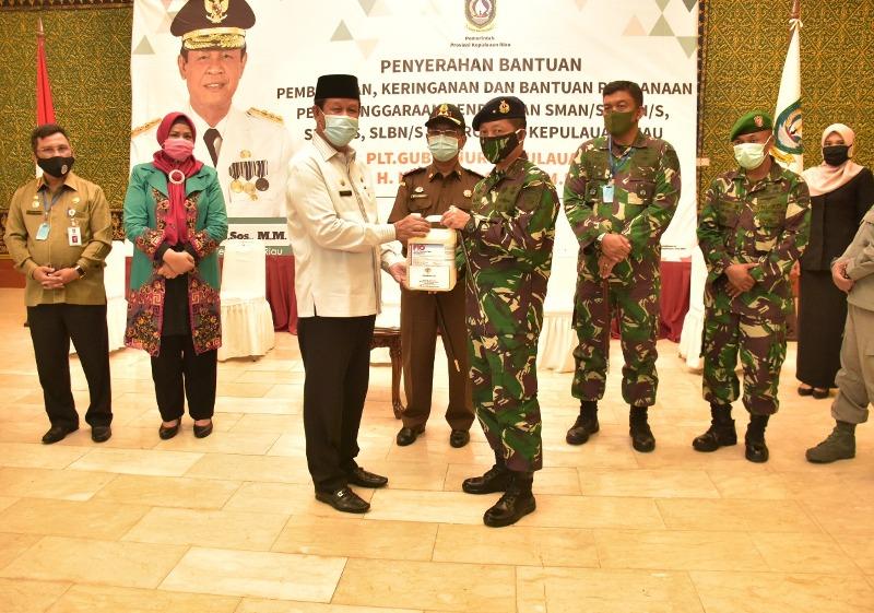 TNI AL Serahkan Bantuan APD dari Femasek Foundation Internasional Singapura Kepada Plt Gubernur Kepri