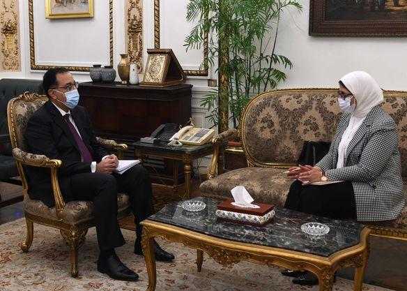 رئيس الوزراء يُتابع مع وزيرة الصحة نتائج زيارتها الأخيرة إلى الإمارات..وخطة توزيع لقاح كورونا