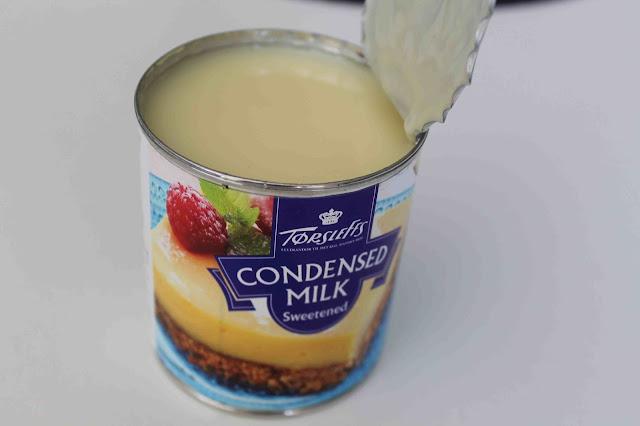 Koka kondenserad mjölk i burk