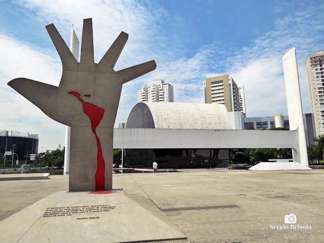 Fotocomposição com a Escultura Mão e o Salão de Atos - Memorial da América Latina - Barra Funda - São Paulo