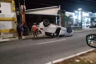Motorista perde controle de veículo que capota no bairro dos Bancários