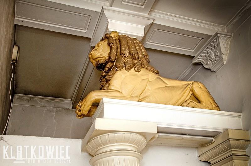 Poznań. Kamienica. Klatka schodowa. Wnętrze. Posąg lwa.