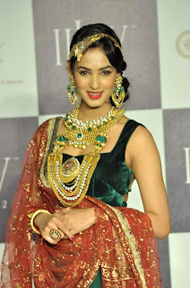 Sonal Chauhan Sizzling walks for Deepti & Amisha at IIJW 2012
