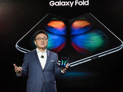 أعلنت الشركة الكورية الجنوبية سامسونج اليوم الخميس في تدوينة على موقعها بأنها غدا الجمعة سوف تطلق أول هاتف لها من فئة الهواتف القابلة للطي، والذي يحمل إسم جالكسي فولد، وسوف يتم إطلاقه بشكل أولي في السوق الكورية الجنوبية.