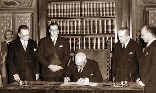 De Gasperi e Enrico De Nicola firma la Costituzione